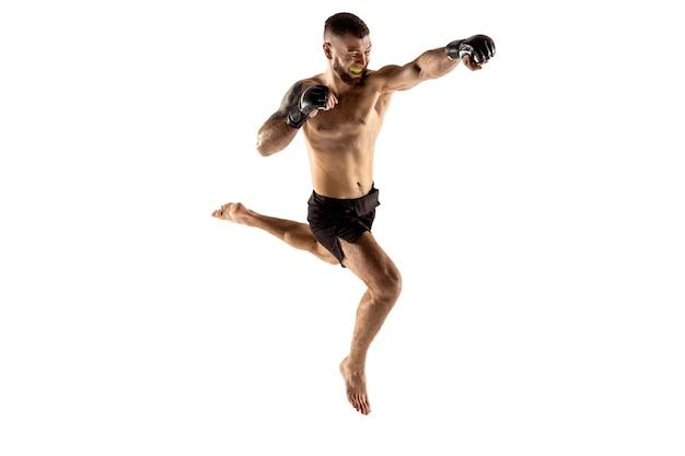 Lutador profissional de mma isolado no fundo branco do estúdio competição esportiva