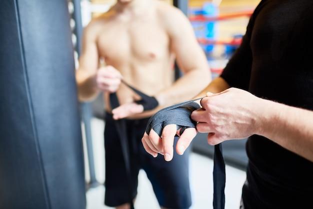 Lutador se preparando para o treinamento