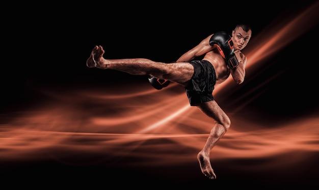 Lutador voador de mma. conceito de kickboxing. joelho bate.