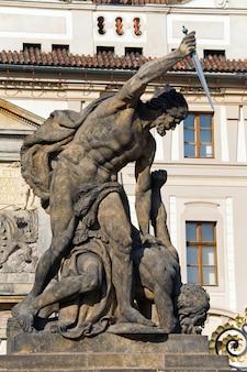 Lutando contra o titã no portão do castelo em hradcany (hoje são apenas cópias feitas em 1912 por c. vosmik e a. prochazka). praga, república tcheca