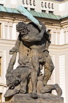 Lutando contra o titã no portão do castelo em hradcany, praga, república tcheca