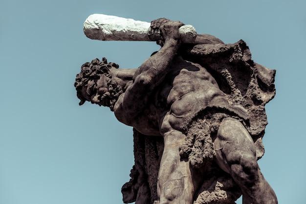 Lutando gigantes. estátua acima das portas do castelo de praga. praga, república tcheca