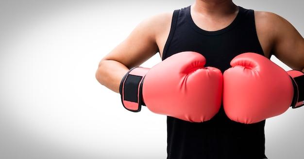 Lutando homem com luvas de boxe