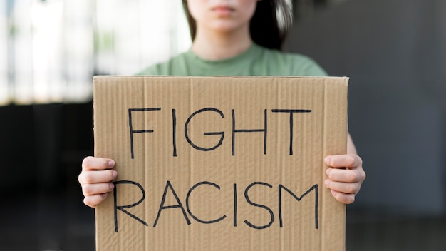 Lutar contra o racismo citação em papelão