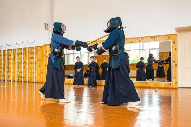 Lute com a escola de espadas kendo