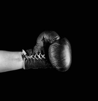 Luva de boxe vestida na mão do homem