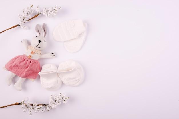 Luvas de bebê e espaço de cópia de brinquedo