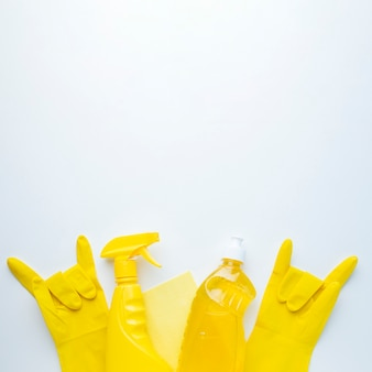 Luvas de borracha amarela cópia espaço