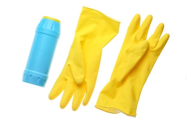 Luvas de borracha amarela para limpeza, frasco de detergente isolado no fundo branco
