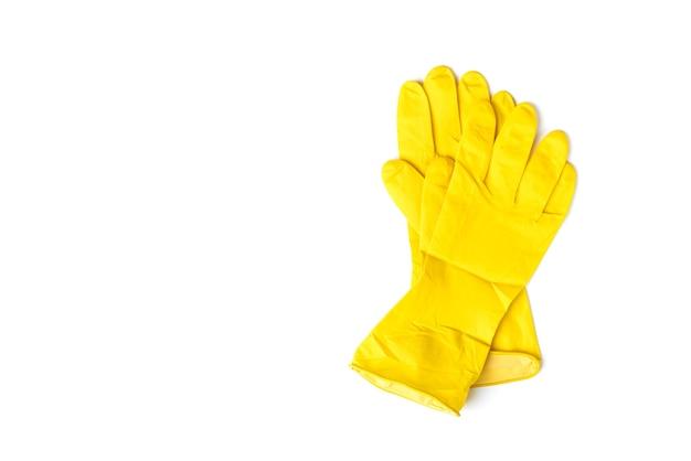 Luvas de borracha amarelas isoladas no fundo branco.