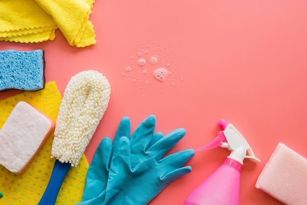Luvas de borracha com equipamento de limpeza