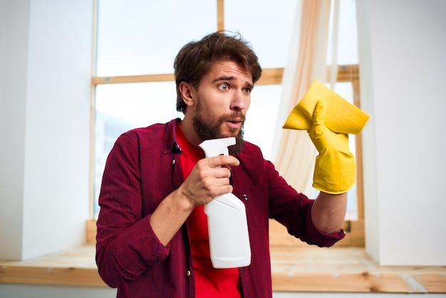 Luvas de borracha mais limpas com detergente para vidros, limpeza profissional de serviços de estilo de vida.
