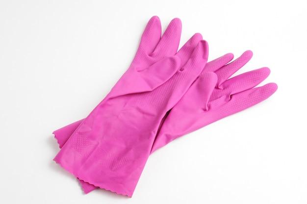 Luvas de borracha para proteção das mãos durante o trabalho de limpeza isoladas