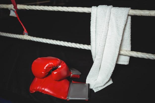 Luvas de boxe e uma toalha no ringue de boxe