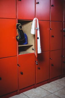 Luvas de boxe e uma toalha no vestiário