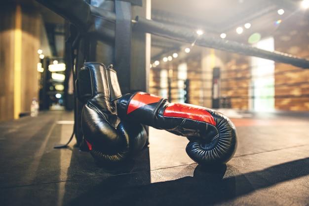 Luvas de boxe em anel