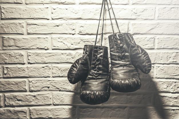 Luvas de boxe em fundo cinza