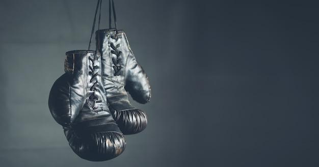 Luvas de boxe em fundo escuro