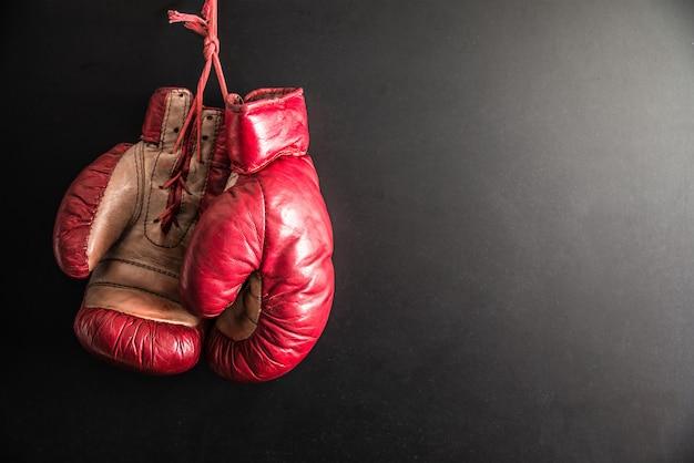 Luvas de boxe isoladas em fundo escuro