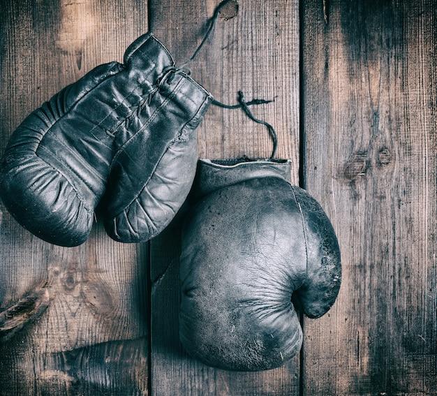 Luvas de boxe pretas muito velhas