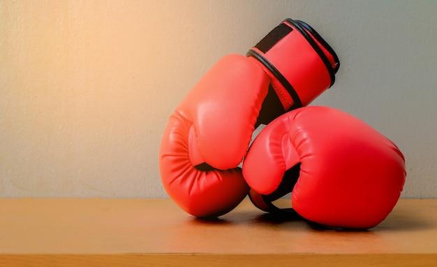 Luvas de boxe vermelhas colocar na mesa de madeira