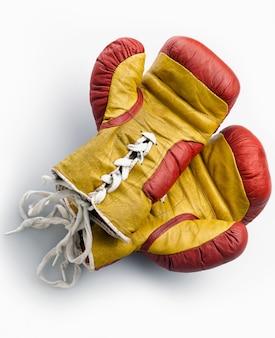 Luvas de boxe vermelhas e amarelas