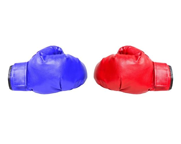 Luvas de boxe vermelhas e azuis em branco