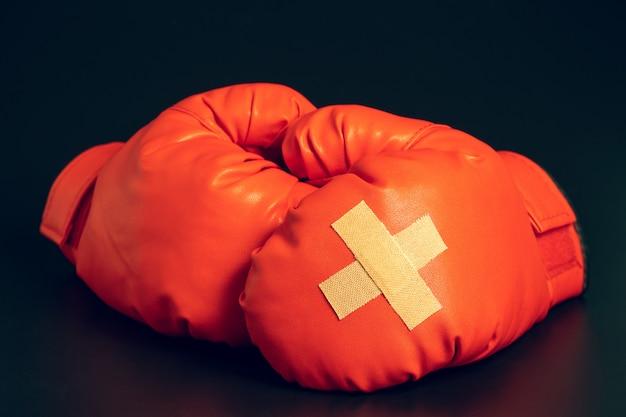 Luvas de boxe vermelhas. emplastro adesivo um sobre o outro em luvas de boxe