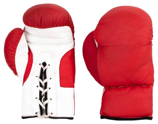 Luvas de boxe vermelhas isoladas no fundo branco.
