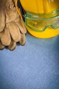 Luvas de couro de proteção capacete amarelo e óculos de segurança