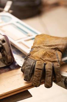 Luvas de couro na mesa de trabalho do artesão