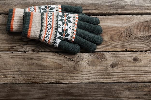 Luvas de inverno em fundo de madeira