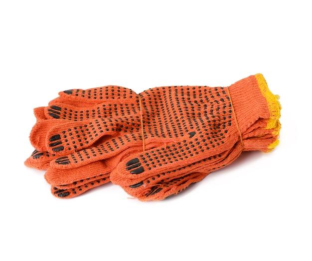 Luvas de trabalho laranja de têxteis em um fundo branco. roupas de proteção para trabalhadores manuais, close-up