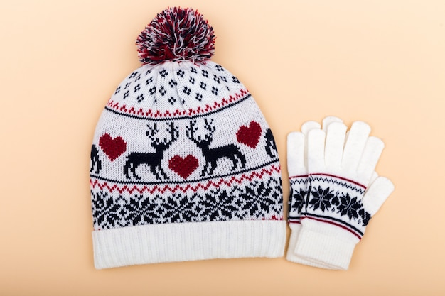 Luvas e chapéu de lã sem-fim. inverno definido em laranja