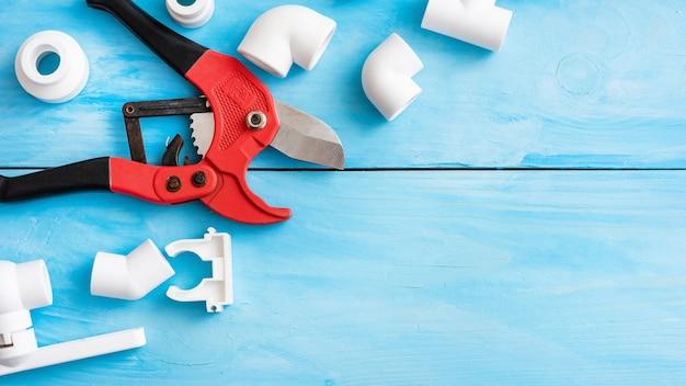 Luvas e corta-tubos com peças de plástico para abastecimento de água.