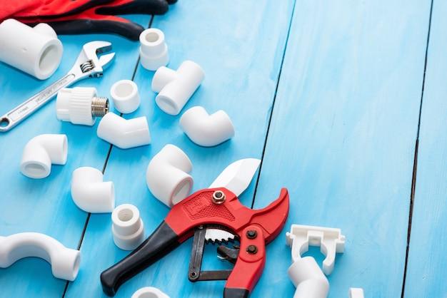 Luvas e corta-tubos com peças plásticas para abastecimento de água.