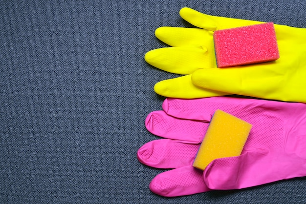 Luvas e esponjas da limpeza do látex. equipamento de limpeza conceito da limpeza com fontes.