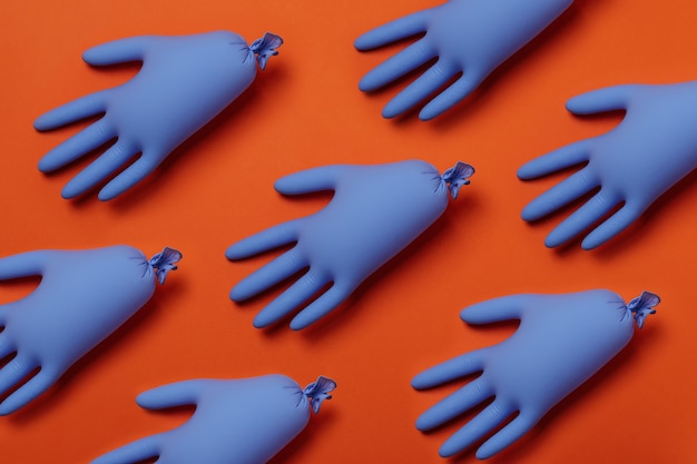 Luvas médicas azuis em laranja