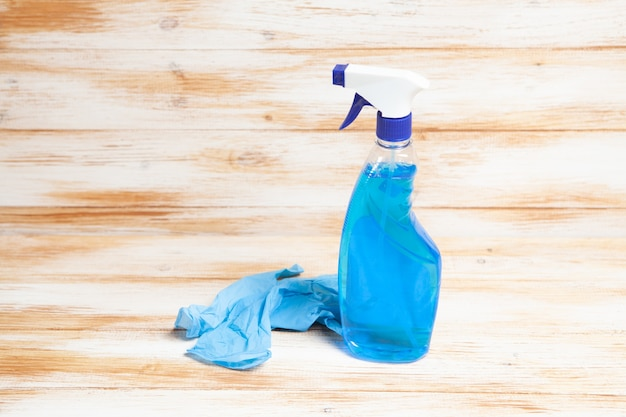Luvas médicas e detergente na mesa