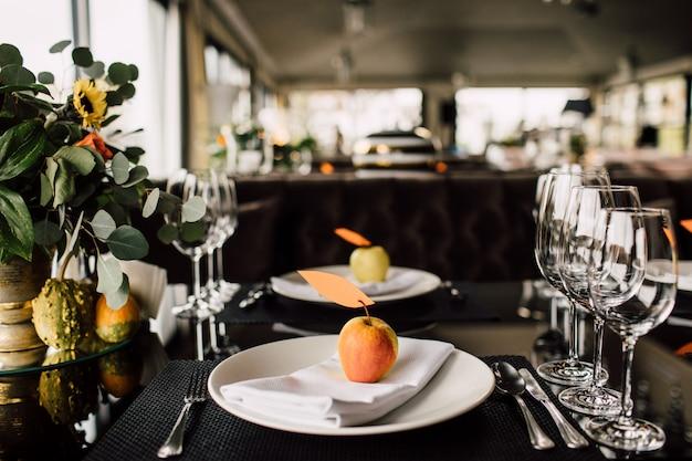 Luxo, arranjo elegante da mesa de recepção de casamento, peça central floral