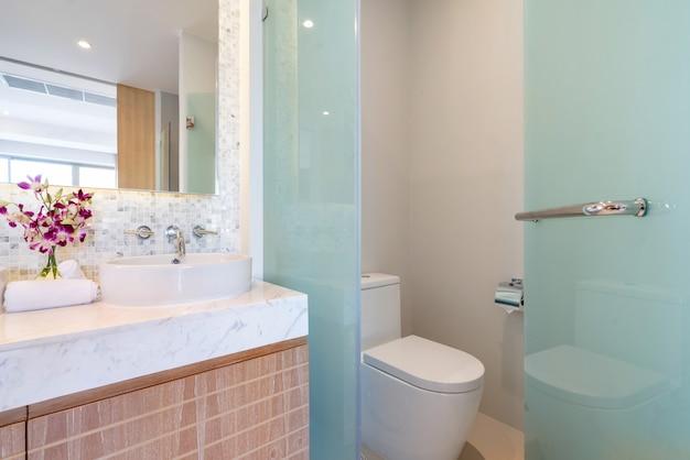 Luxo banheiro apresenta bacia, vaso sanitário e banheira na casa ou construção de casas