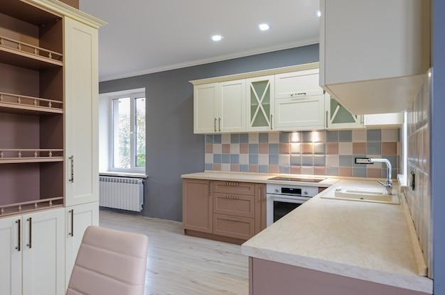 Luxo moderno provence estilo interior cinza, rosa e creme cozinha