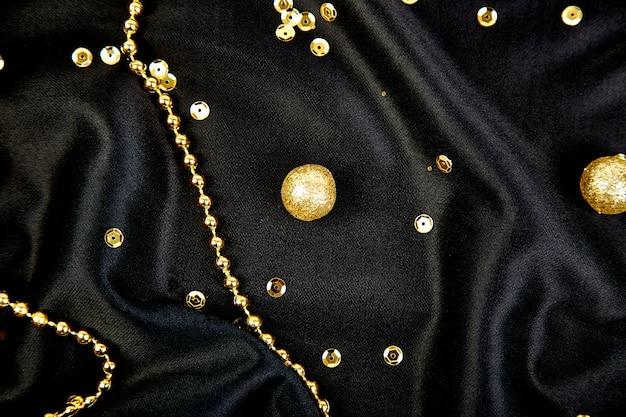 Luxo preto com bolas de ouro brilhantes.