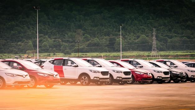 Luxo vermelho e branco novo suv carro estacionado na área de estacionamento