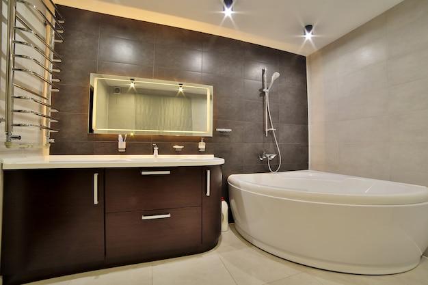 Luxuosa casa de banho em estilo francês na casa. interior do banheiro.
