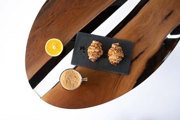Luxuosa mesa de castanha com resina epóxi.