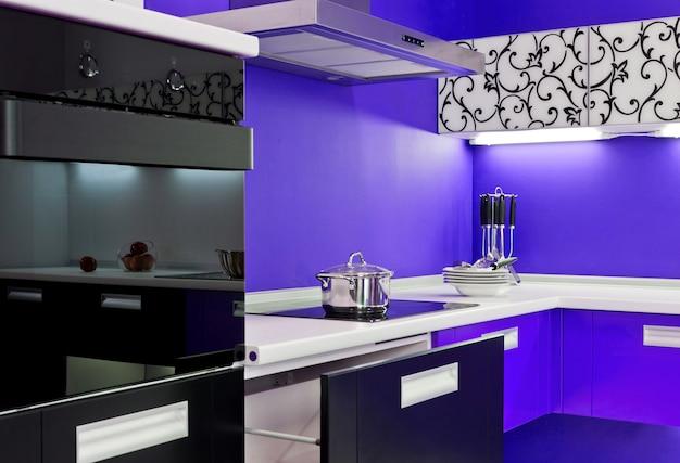 Luxuosa nova cozinha azul com aparelhos modernos
