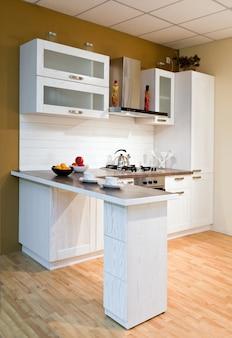 Luxuosa nova cozinha branca com aparelhos modernos