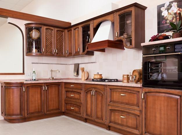 Luxuosa nova cozinha marrom com aparelhos modernos