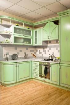 Luxuosa nova cozinha verde com aparelhos modernos